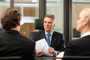 Ein Anwalt kann Sie bei der Forderung einer Vorfälligkeitsentschädigung beraten.