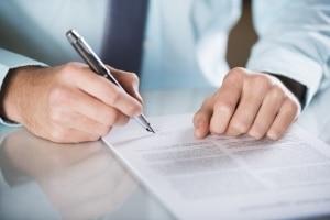 Ein Anwalt für Bankrecht in München prüft wichtige Verträge vor der Unterzeichnung.