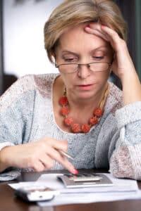 Haben Sie Geldsorgen, können Sie sich die private Rentenversicherung vorzeitig auszahlen lassen, z. B. durch eine Kündigung.