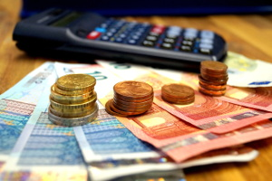 Sie können mit einem Kreditrechner die Monatsrate mit Zinsen berechnen. Das ist der Betrag, den Sie monatlich zurückzahlen müssen.