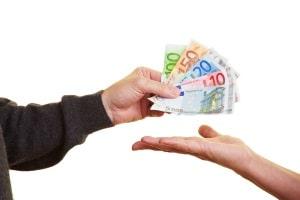 Bei einer Kreditaufnahme wird die Kreditwürdigkeit einer Person in der Regel geprüft.