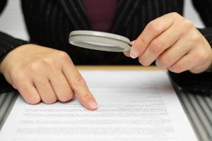 Lesen Sie das Kleingedruckte im Vertrag: Häufig greifen Restschuldversicherungen aufgrund von Ausschlusskriterien nicht.